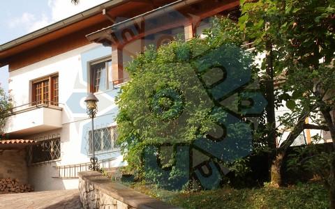 Villa a Tarcento in posizione unica, circondata dal verde e con una vista mozzafiato